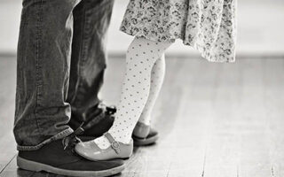 dansul dintre o fata si tatal ei in inchisoare