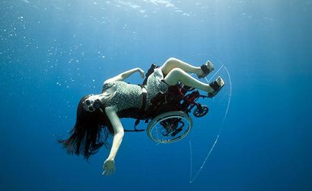 dincolo de limite a inota in scaun cu rotile